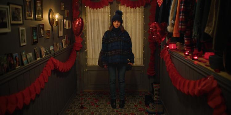 Johanne står foran ytterdøra og har et bekymret ansiktsuttrykk.