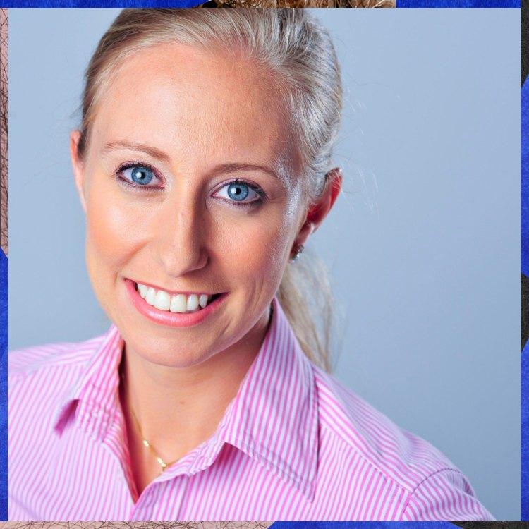 Smilende kvinne ser rett i kamera, kvinnen har blondt hår i hestehale og rosa skjorte på