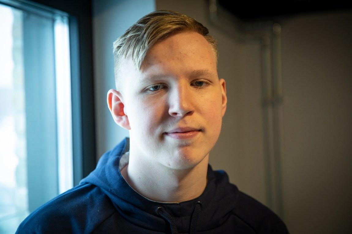 Et bilde av Magnus som står ved et vindu på kontorene til e-sportlaget Apeks