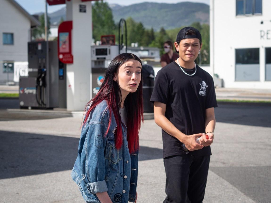 Et bilde av «Kim» (Matthew Santos) og Maja Christiansen (25), som spiller «Hege» i serien. De står på en bensinstasjon