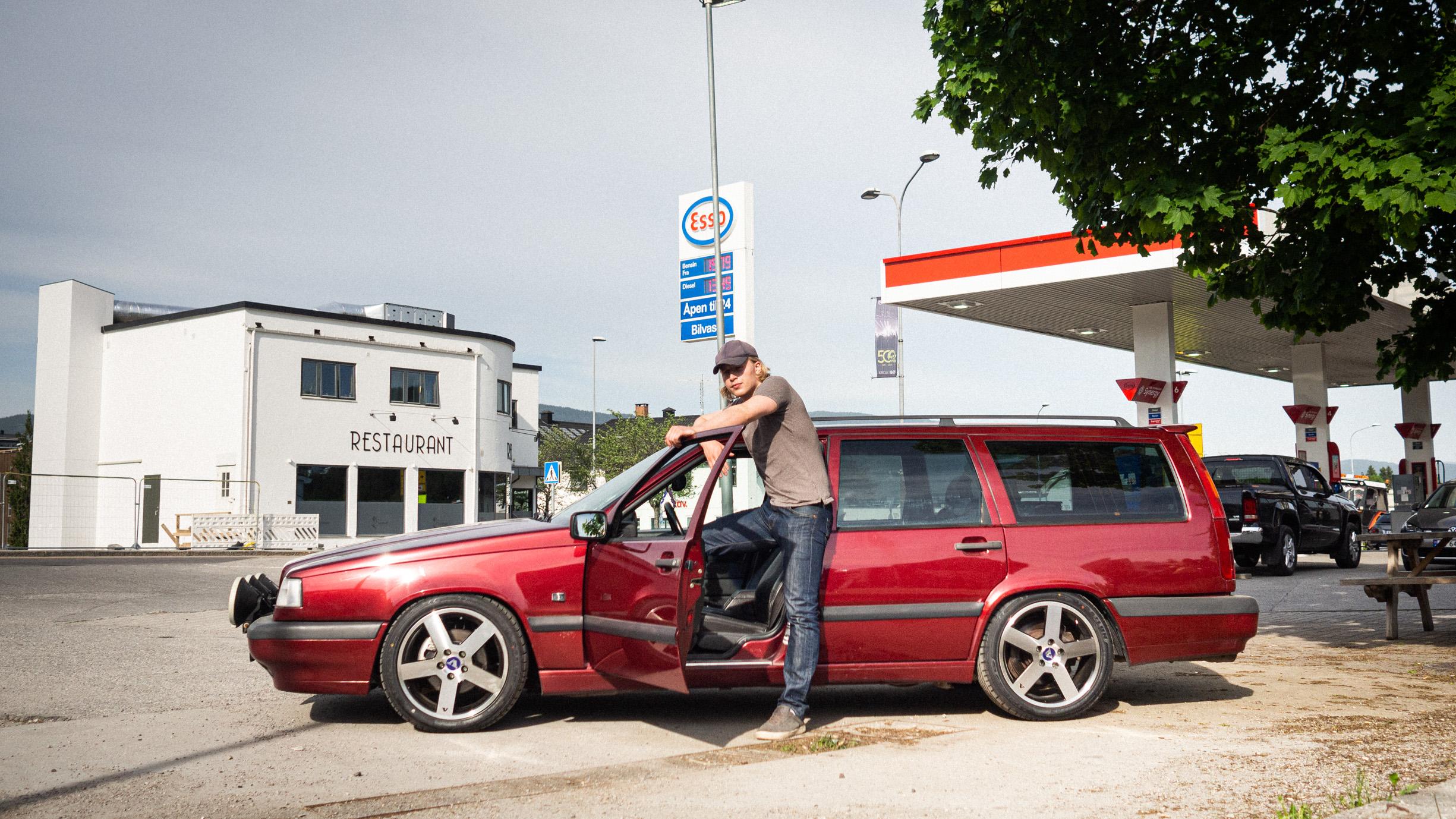 Et bilde av Odin Waage med den nye Rådebank-bilen fra sesong 3
