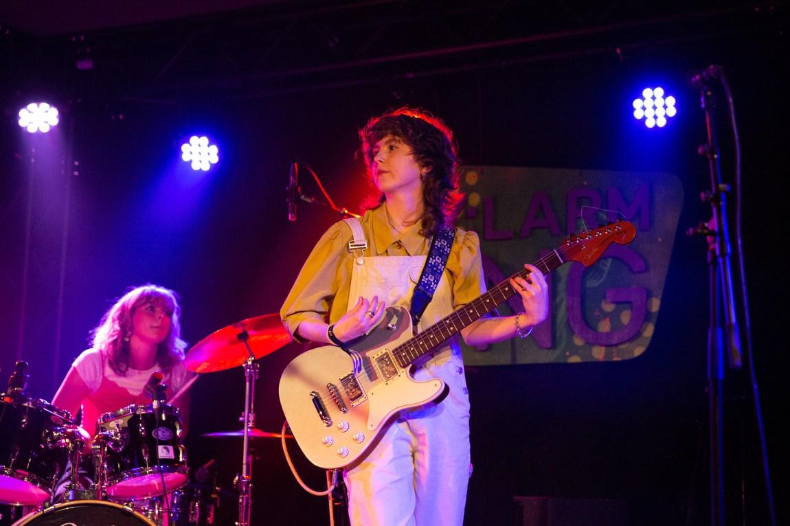 Et bilde av gitarist og trommis i Veps på scenen under Bylarm
