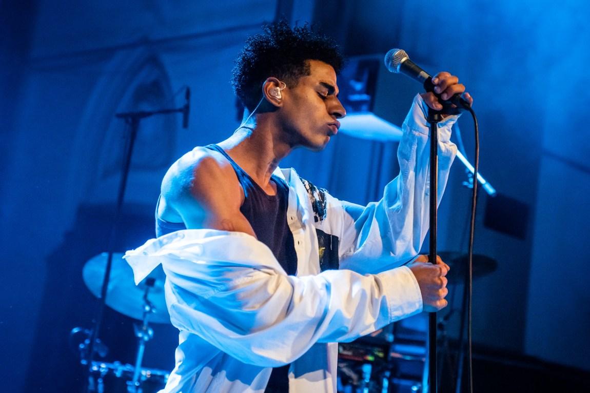 Et bilde av artisten Sebastian Zalo på scenen