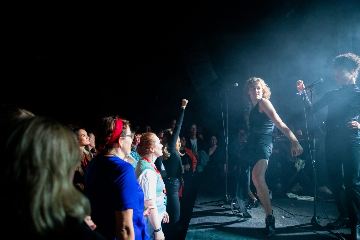 Et bilde av artisten Metteson og hans publikum