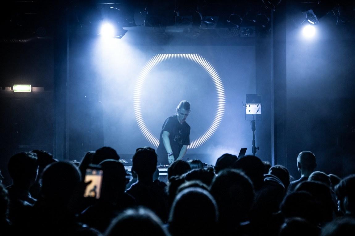 Et bilde av artisten Niilas på scenen