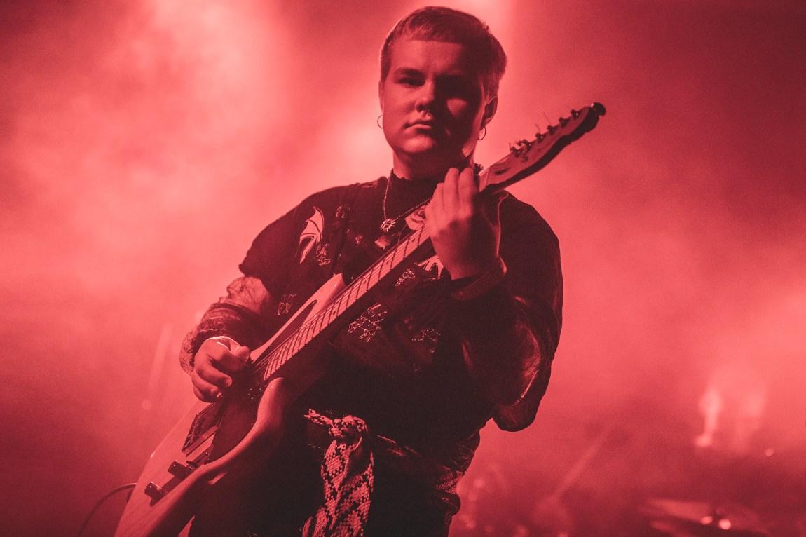 Nagirčalmmiid live på scenen. Han holder en gitar