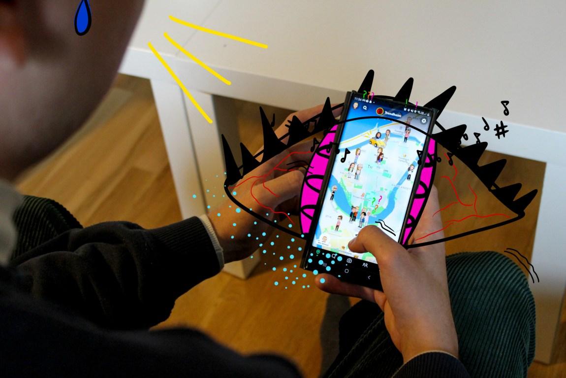Sigurd sine hender held ein mobil som har oppe snapmap. Ein ser eit kart over trondheim sentrum, med mange bitemoji spreidd utover. Rundt mobilen er det teikna på eit auga, som har kartet som pupill.