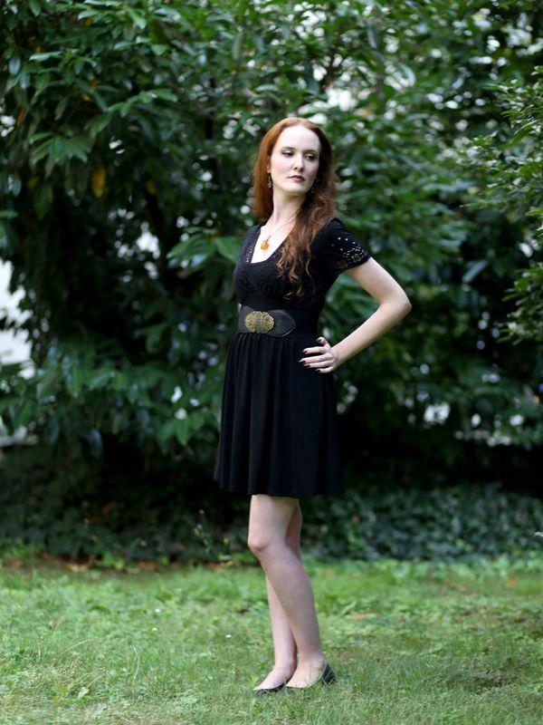 enue-du-jour-mode-petite-robe-noire-asos-ceinture-newlook-collier-pendentif-ambre-elfique-rousse-decollete-ajoure-balerines-h-et-m (1)