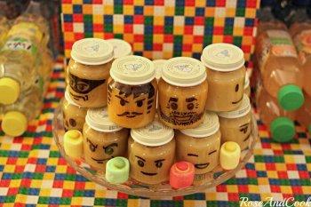 Des compotes bio en tête de LEGO pour un goûter d'anniversaire lego