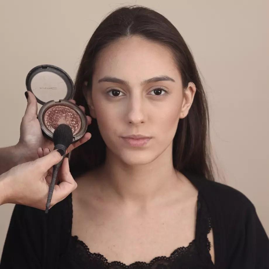 Aprenda truque que afina o rosto em maquiagem para festa