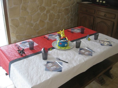 Une belle table d'anniversaire Pokemon