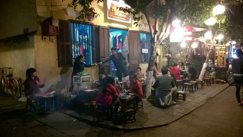Scènes de rue le soir à Hoi An