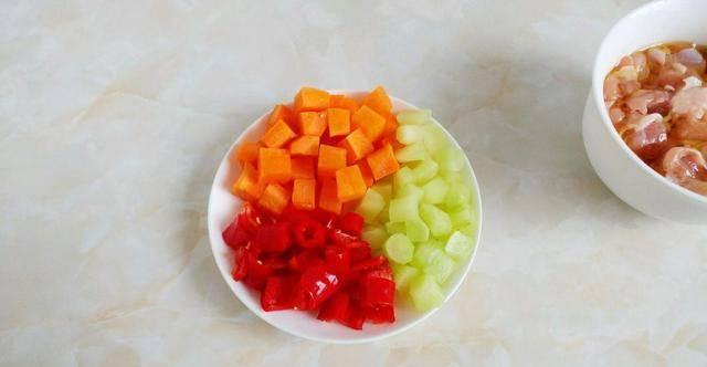 原创             解锁鸡肉家常菜,搭配莴苣与萝卜,色彩丰富更有食欲