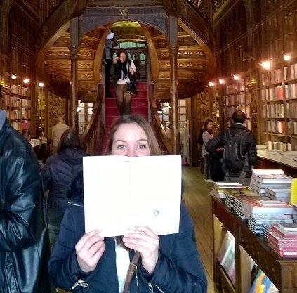 Photo classiqe du blog : moi derrière un livre ! :)