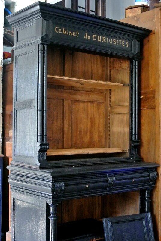 Une Bibliothque Cabinet De Curiosits Avec