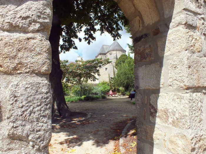 quimper-centre-ville-place-au-beurre-creperie-keltia-musique-cecile-corbel-harpe-marin-lhopiteau-faience-cathedrale-parc-retraite (1)