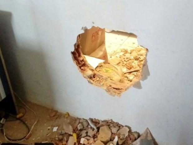 Bandidos abriram buraco em parede de banco (Foto: Site Giro de Notícias)