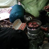 Morgenmad = Røget bacon, scrambled eggs, og stempelkaffe.