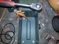 Benene spændes fast med en 8 mm møtrik og en spændskive.
