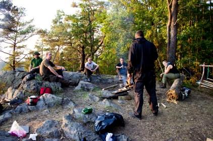 Her på toppen havde der forgangne gæster etableret en ganske okay camp. Der blev hygget, snakket og lavet aftensmad og først hen mod kl 23 var folk klar på at gå i seng.