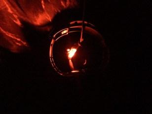 aften-view fra køjen. Ur/termometer samt pandelampe med natlys hængt op.