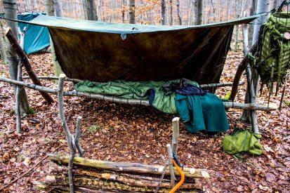Et shelter bygget op med to på-langs gående kraftige grene. I mellem er så snore flettet frem og tilbage. Ovenpå det er der så lagt gran - herefter sovepose...Go' nat!