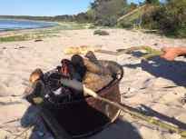 En gammel fælg på stranden var meget velegnet som bålplads. især da de små skulle være med til snobrød.