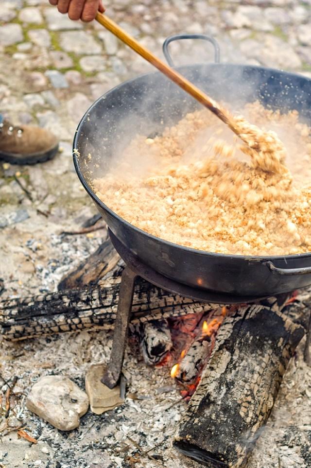 Cocinando migas en la lumbre
