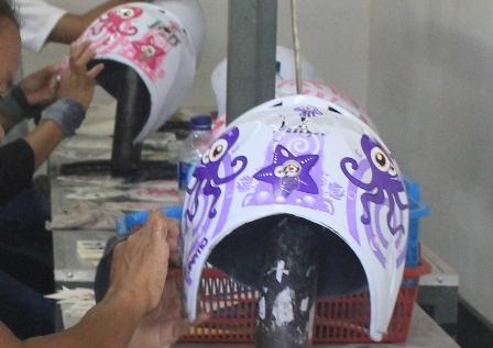 Pemasangan Stiker Helm