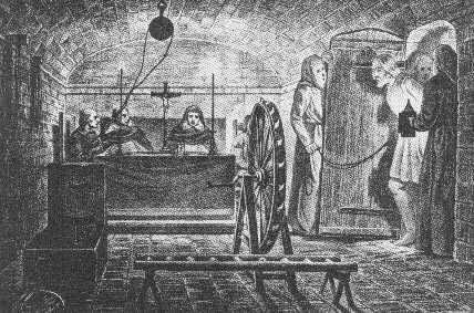 Prisionero viendo la sala de tormentos