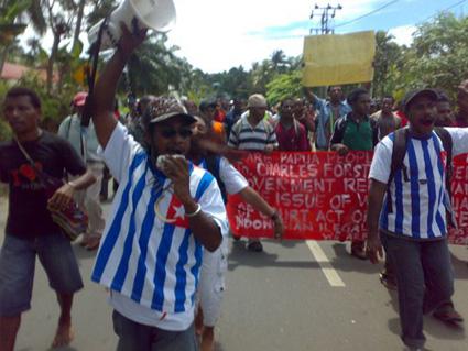 The executive governor of the West Papua National Authority area 2, Markus Yenu, and the chairman of Solidaritas Pemuda Melanesia Papua Barat, Abraham Wainasiri,  lead a peaceful rally at Manokari on January 17. Image: WPM