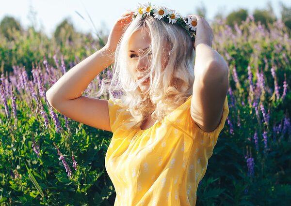 blonde-in-the-field-4597100_640