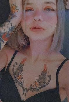 flaca tatuada se deja ver desnuda+Video