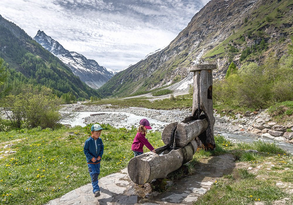Hiking in Grimentz - Zinal, Kids playing at a water fountain