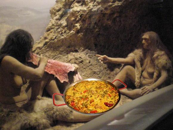 Pareja de Neanderthales muy poco evolucionados dispuestos a comerse una paella con pimiento. Aún no se había inventado la cuchara