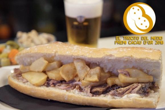 Uno de los mejores bocadillos de la ciudad: Lomo al horno con patatas y all i ola del Trocito del Medio. (Valencia)
