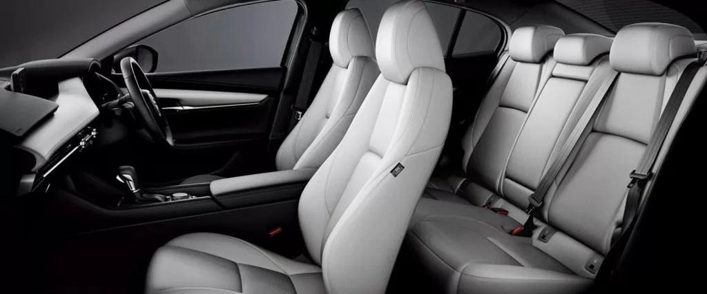 新型マツダ3運転席助手席内装画像