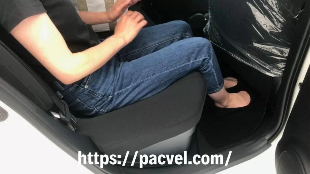 新型アクア後部座席足元の広さ