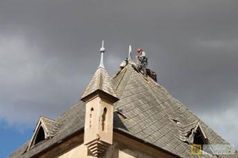 """Firma """"TOP usługi wysokościowe"""" zabezpiecza dach wieży dworu w Lisich Kątach. Foto: Julia i Krzysztof Erm"""