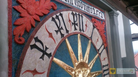 Zrekonstruowana renesansowa tarcza zegara na wieży ratuszowej w Paczkowie. Foto: UM Paczków