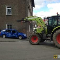 4 marca | Traktor wbił się w skodę | Na skrzyżowaniu ulic Staszica i Sikorskiego doszło do groźnie wyglądającego zderzenia samochodu osobowego z ciągnikiem. Na szczęście obyło się bez ofiar. | http://paczkow24.pl/ciagnik-wbil-sie-w-skode/