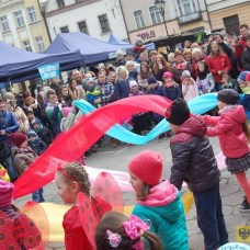 28 marca | Jarmark Wielkanocny na Rynku | Na paczkowskim rynku odbył się Jarmark Wielkanocny, zakończony ustawieniem pod ratuszem czterometrowej palmy. | Foto: OKiR | http://paczkow24.pl/fotorelacja-z-jarmarku-wielkanocnego/