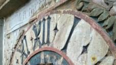 13 września | Niezwykłe odkrycie na ratuszowej wieży | Robotnicy pracujący przy renowacji wieży ratuszowej odkryli, że pod XIX-wieczną tarczą zegara, znajduje się starsza - niemal pięciusetletnia renesansowa kamienna tarcza zegara mechanicznego pochodzącego z okresu, w którym powstała ratuszowa wieża. Fakt ten, choć znany historykom, zupełnie zaskoczył samorządowców i stał się sporą sensacją. | Foto: UM Paczków | http://paczkow24.pl/niezwykle-odkrycie-na-ratuszowej-wiezy/