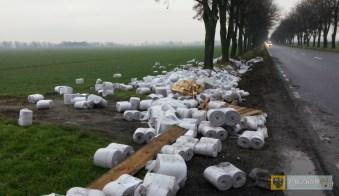 Ładunek papieru toaletowego na drodze między Wilamową a Starym Paczkowem