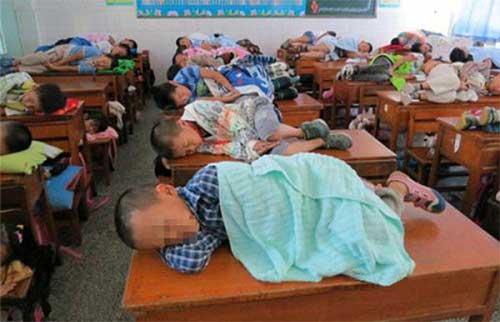 Siswa Wajib Tidur Siang Di Kelas