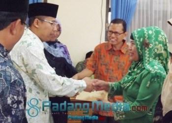 Wako Padangpanjang, Hendri Arnis menyerahkan zakat bagi pegawai honorer dan gol I dari Baznas setempat. (isril)