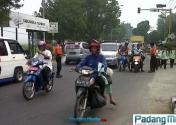 BPBD Kota Solok bagi-bagi masker kepada pengguna jalan. (adi)