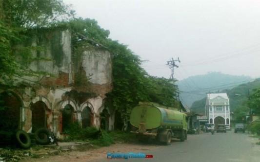 Sebuah gedung tua di Kawasan Pondok, Padang, sisa-sisa gempa tahun 2009. (baim)