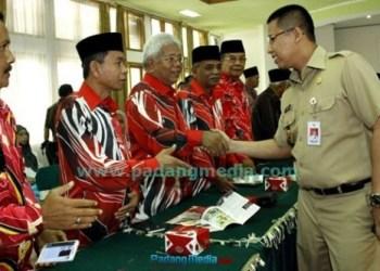Walikota Hendri Arnis, menyalami rombongan Dewan Pertanian Negeri Sembilan Malaysia saat berkunjung ke Padangpanjang, Selasa (20/10). (isril)