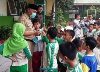 Wako Padang secara simbolis memasangkan masker kepada perwakilan sekolah sebagai  sosialisasi menggunakan masker. (der)